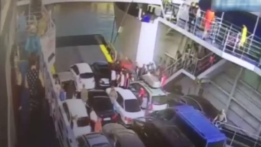 VIDEO YOUTUBE Automobilista impaziente, esce da traghetto e finisce in acqua