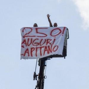 Francesco Totti, striscione su gru a Trigoria