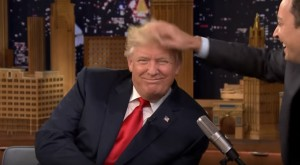 Donald Trump spettinato in tv al Tonight Show