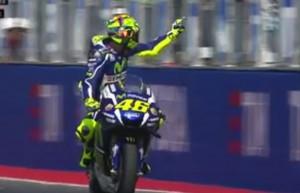 Guarda la versione ingrandita di Rossi fa il dito medio a Aleix Espargaro