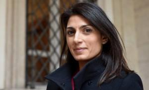 Virginia Raggi, la Lazio le regala una maglietta per il figlio: lei rifiuta