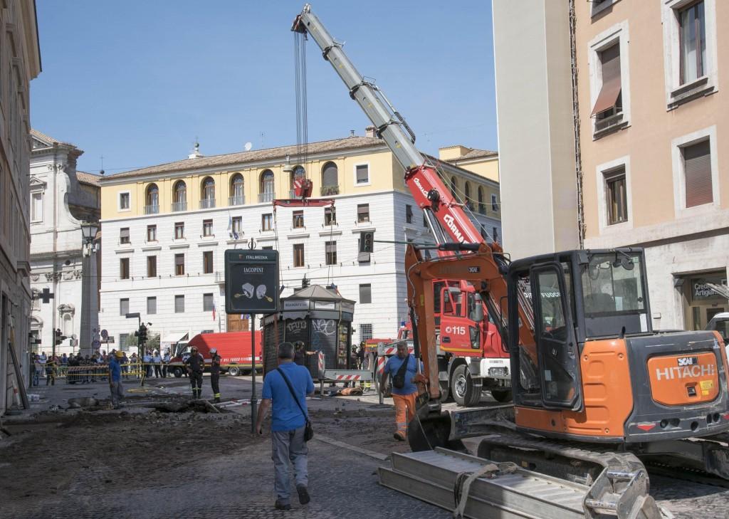 San Pietro, si apre grossa voragine FOTO. Colpa di una tubatura rotta 5