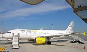 Fiumicino, allarme per una scritta su un aereo della Vueling (foto Ansa)