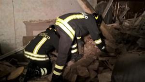 Scomparso da 2 giorni, lo ritrovano sotto le macerie: tetto di casa crollato