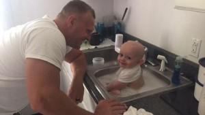 Bimbo in auto sporco di vomito: polizia gli fa il bagnetto. La mamma era ubriaca