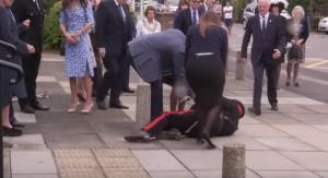 Kate Middleton, alto ufficiale cade: la duchessa e il marito William lo soccorrono