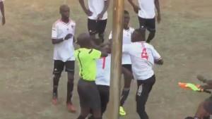 VIDEO - Zimbabwe, pugni tra arbitro e calciatore espulso