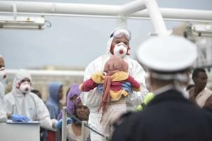 Guarda la versione ingrandita di Migranti, al porto di Napoli ne sbarcano 465: la prima è salma giovane madre