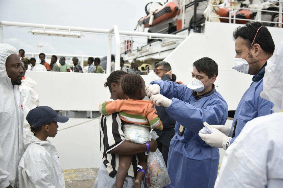 Migranti, al porto di Napoli ne sbarcano 465 06
