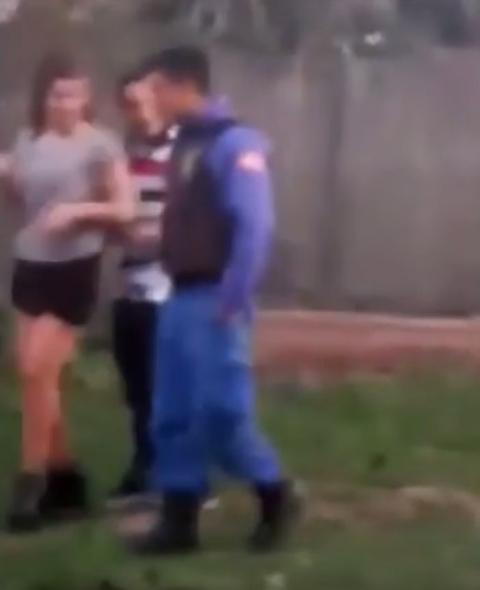 Buenos Aires, coppia lo fa in strada: arriva la polizia. Ma lei non vuole smettere...03