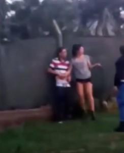Buenos Aires, coppia lo fa in strada: arriva la polizia. Ma lei non vuole smettere...