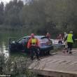 Affonda in auto nel lago col suo cane tre persone li salvano 6