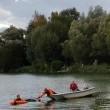 Affonda in auto nel lago col suo cane tre persone li salvano 7