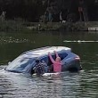 Affonda in auto nel lago col suo cane tre persone li salvano 5