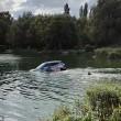 Affonda in auto nel lago col suo cane tre persone li salvano 3
