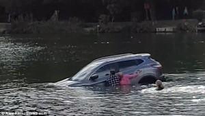 Affonda in auto nel lago col suo cane: tre persone li salvano 11
