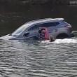 Affonda in auto nel lago col suo cane tre persone li salvano
