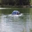 Affonda in auto nel lago col suo cane tre persone li salvano 10