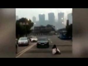 YOUTUBE Auto senza freno a mano va indietro: donna appesa a sportello8