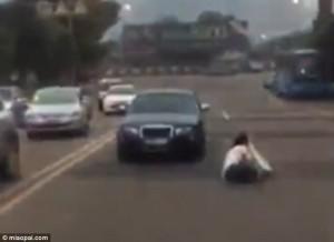 Guarda la versione ingrandita di YOUTUBE Auto senza freno a mano va indietro: donna appesa a sportello