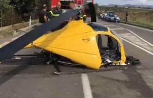 Elicottero precipita su statale 387 centrando auto in transito: un morto