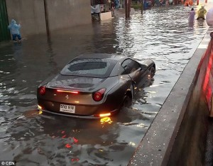 Guarda la versione ingrandita di Ferrari California da 800mila dollari finisce nell'acqua a Bangkok: danni da…FOTO