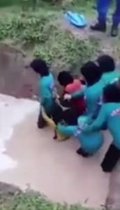 Bambine urlano e piangono: buttate nella fossa dei serpenti3