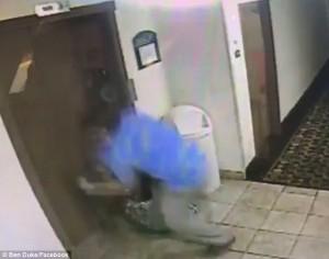 Guarda la versione ingrandita di YOUTUBE Cane incastrato con guinzaglio nell'ascensore, direttore albergo lo salva