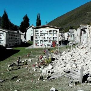 Guarda la versione ingrandita di Terremoto 30 ottobre, a Castelsantangelo bare escono da loculi FOTO