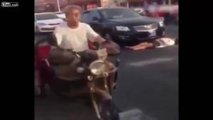 Guarda la versione ingrandita di YOUTUBE Cina, donna finge di essere stata investita: arriva polizia e…
