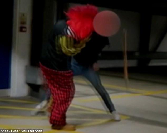 Clown appare all'improvviso nel parcheggio2