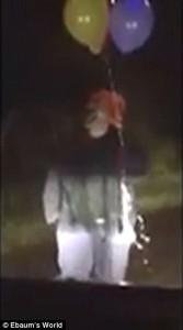 Clown prova a spaventare auto picchiato con mazza da baseball