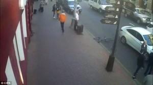 Guarda la versione ingrandita di YOUTUBE Dito medio mentre guida: accosta con auto e butta a terra ciclista