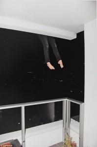 Donna cade dal 14esimo piano FOTO choc delle gambe a penzoloni