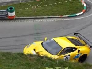 Guarda la versione ingrandita di YOUTUBE Ferrari contro muretto praticamente da ferma: incredibile incidente in salita