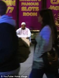 Finto homeless musulmano vestito con abiti tradizionali5