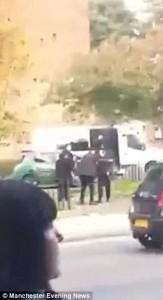 Guarda la versione ingrandita di YOUTUBE Funerale si trasforma in battaglia coi forconi a Manchester