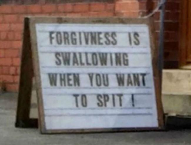Gaffe del reverendo, cartellone fuori chiesa Perdono è ingoiare quando vuoi sputare2
