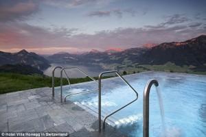Guarda la versione ingrandita di Infinity, la piscina di lusso costruita in mezzo alle Alpi svizzere VIDEO