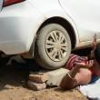 Iron Man d'India solleva moto su testa e si fa schiacciare da auto2
