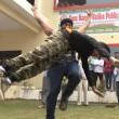 Iron Man d'India solleva moto su testa e si fa schiacciare da auto4