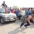 Iron Man d'India solleva moto su testa e si fa schiacciare da auto5