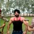Iron Man d'India solleva moto su testa e si fa schiacciare da auto7