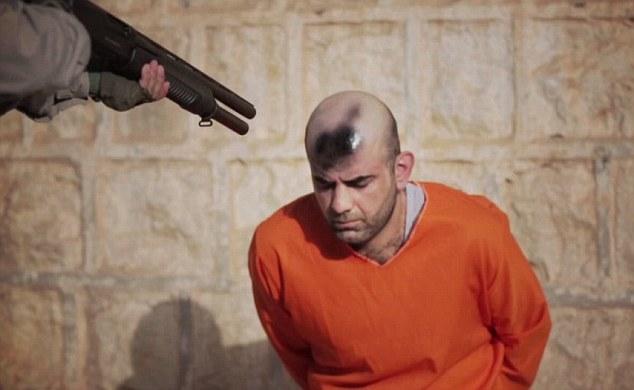 Isis, segno nero su testa prigionieri con bomboletta spray2