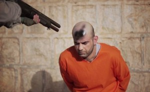 Isis, segno nero su testa prigionieri con bomboletta spray44