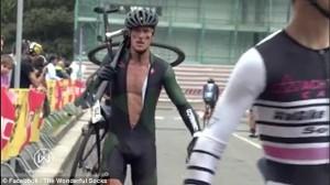 Guarda la versione ingrandita di YOUTUBE Jeremy Santucci, scatto d'ira durante gara: distrugge bici da 4mila euro
