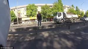 Kiev, abbandona moto in mezzo alla strada ed insegue scippatore 8
