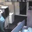 Ladro in sedia a rotelle entra rompendo vetro. Poi ruba tv e allaga casa