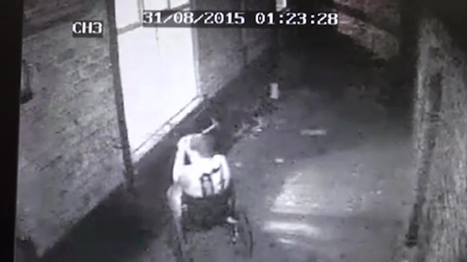 Ladro in sedia a rotelle entra rompendo vetro. Poi ruba tv e allaga casa4