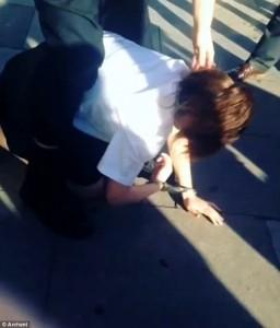 Londra, poliziotto trascina tredicenne per i capelli10